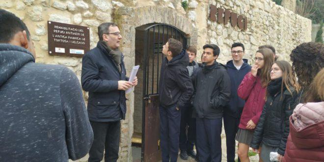"""L'alumnat del Col·legi """"La Milagrosa"""" participa a l'itinerari de la Memòria Democràtica"""