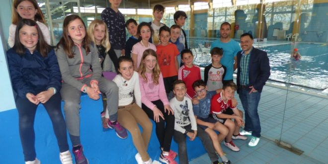 80 xiquets i xiquetes participen en l'Escola de Pasqua a la piscina coberta d'Ontinyent
