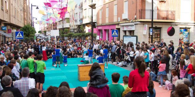 """""""L'Esport al carrer"""" triomfa baix el miler de catxirulos que decoren Martínez Valls"""
