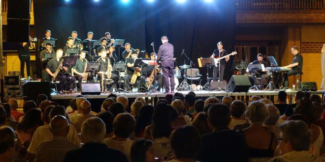 Intokables Big Band ompli de públic La Plaça de la Concepció