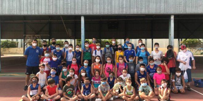 50 xiquetes i xiquets gaudeixen de la XXI Escola d'Estiu del Club Martínez Valls Bàsquet