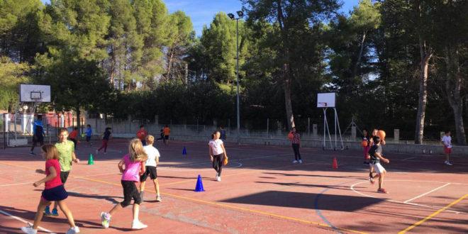 El Club Martínez Valls Bàsquet acosta l'esport als col·legis de la ciutat