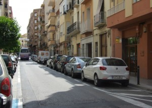 Carrer dos de Maig d'Ontinyent amb aparcament doble