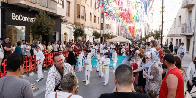 Esport al Carrer baix el cel de colors del carrer Martínez Valls