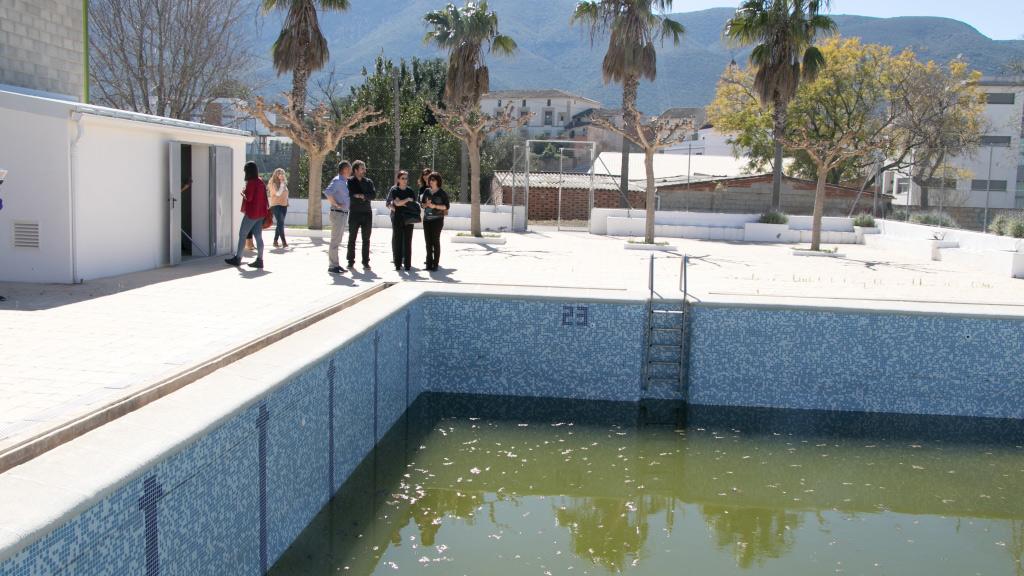 Otos mantindr oberta la piscina municipal gr cies a l for Piscinas desmontables ontinyent