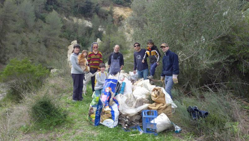 Grup de voluntaris netejen el riu Clariano després de les plujes torrencials al mes de desembre