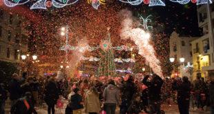 Multitudinària encesa de l'arbre de Nadal d'Ontinyent a la plaça de la Concepció