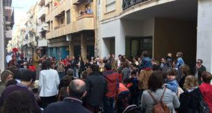 """Desenes de persones al contacontes itinerant de """"Suma't al Carrer Major!"""""""