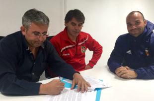Imatge de la signatura del conveni entre la FEBO i el València C.F.