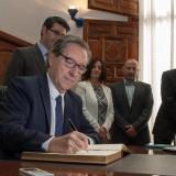 Iñaki Gabilondo firma el llibre d'honor de la ciutat d'Ontinyen